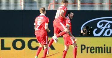Unions Christopher Trimmel (r) traf in der Bundesliga zum ersten Mal. Foto: Andreas Gora/dpa