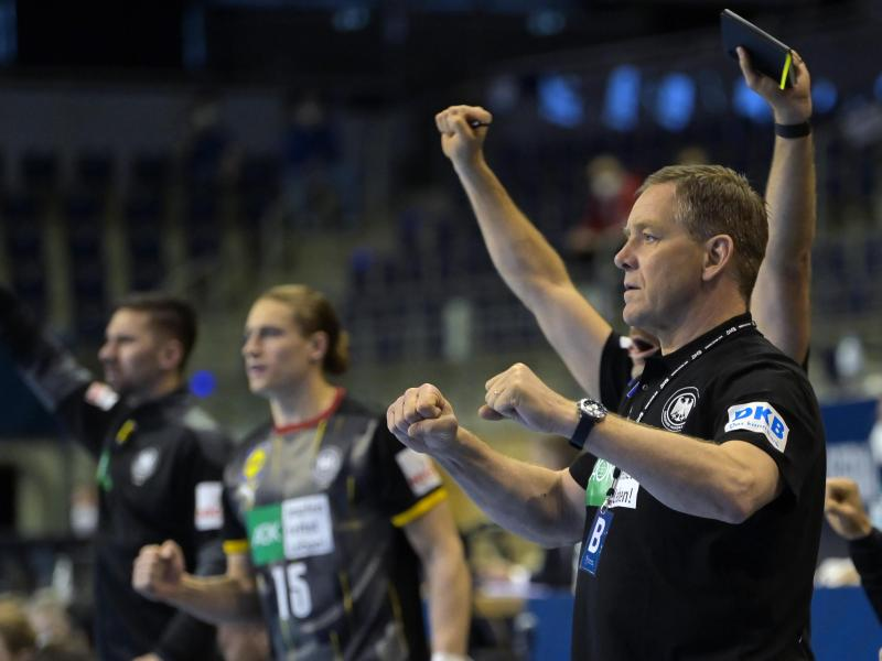 Bundestrainer Alfred Gislason (r) ballt beide Fäuste. Foto: Soeren Stache/dpa-Zentralbild/dpa