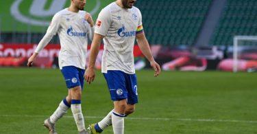 Die Schalker um Kapitän Sead Kolasniac rücken dem Abstieg immer näher. Foto: Swen Pförtner/dpa