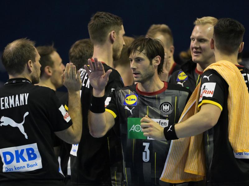 Die DHB-Spieler feiern den klaren Sieg gegen Slowenien. Foto: Soeren Stache/dpa-Zentralbild/dpa