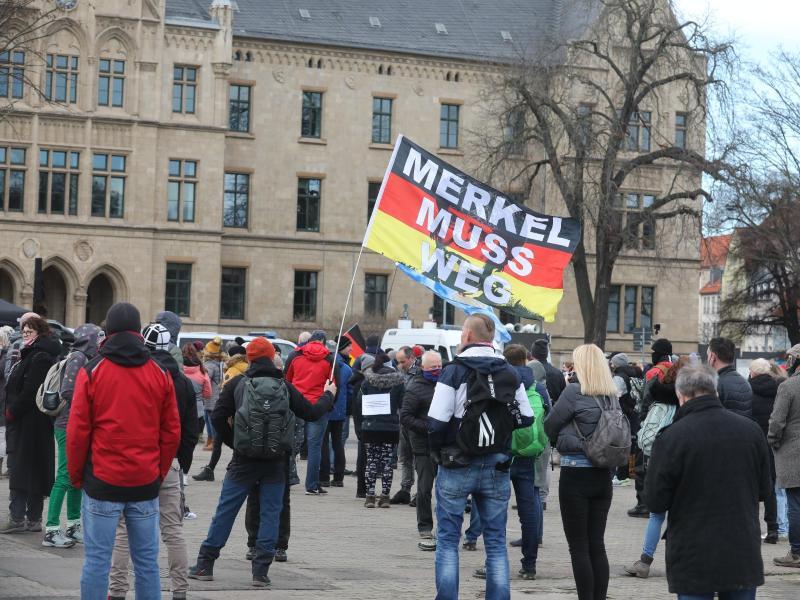 «Merkel muss weg» steht bei der Demonstration von Gegnern der Corona-Politik in Erfurt auf einer Flagge. Foto: Bodo Schackow/dpa-Zentralbild/dpa