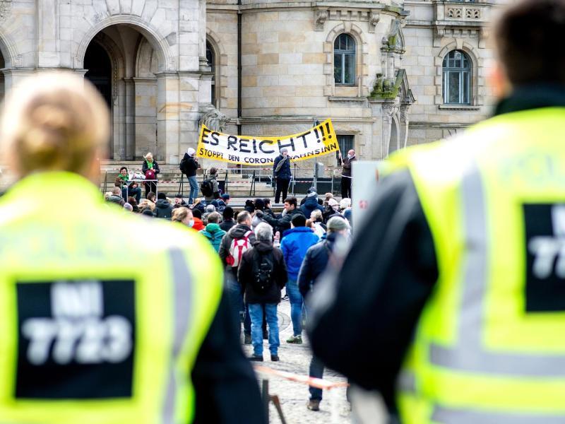 Einsatzkräfte der Polizei sichern eine Demonstration der Bewegung «Es reicht!» in Hannover. Foto: Hauke-Christian Dittrich/dpa