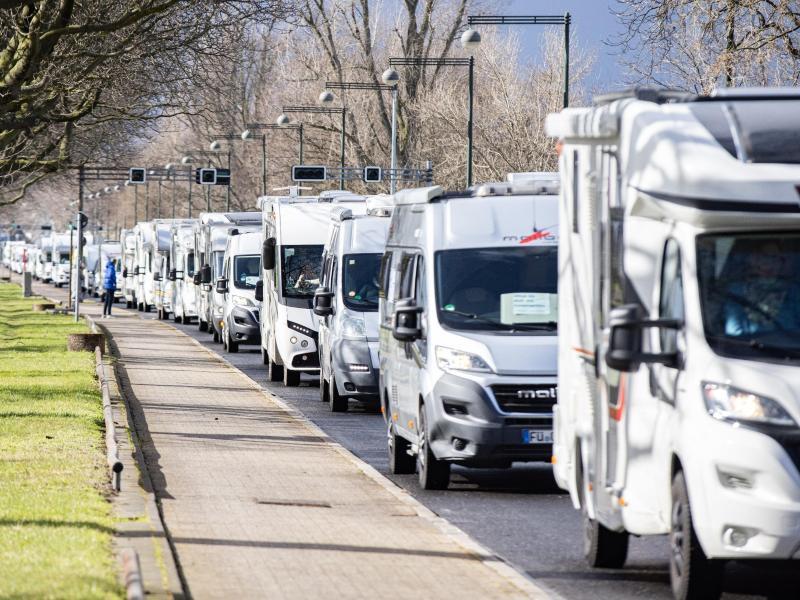 In Düsseldorf wurden mit einem Wohnmobil-Korso Lockerungen der Corona-Maßnahmen gefordert. Foto: Marcel Kusch/dpa
