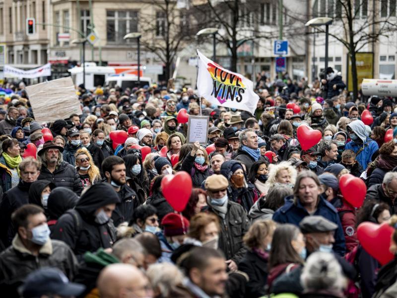 Zahlreiche Demonstrantinnen und Demonstranten stehen vor dem Bundesgesundheitsministerium in Berlin. Foto: Fabian Sommer/dpa