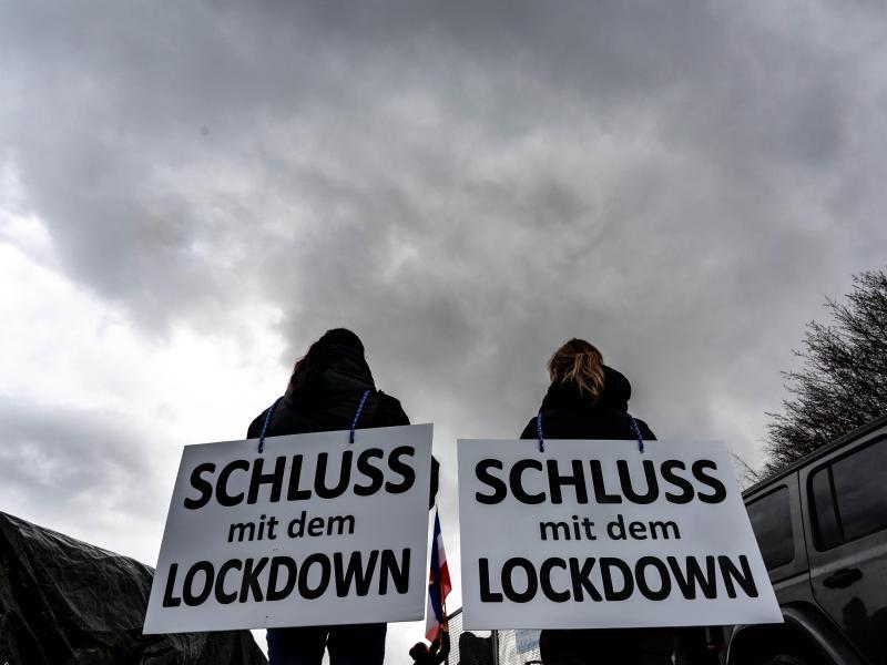 «Schluss mit dem Lockdown» fordern zwei Demonstrantinnen in Kiel. Foto: Axel Heimken/dpa