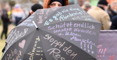 Eine Frau während einer Kundgebung der «Querdenken»-Bewegung. Foto: Sebastian Kahnert/dpa-Zentralbild/dpa