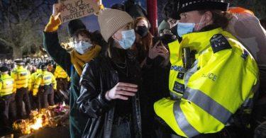 Eine Frau spricht während der Mahnwache für die getötete Sarah Everard in London mit einer Polizistin. Foto: Victoria Jones/PA Wire/dpa