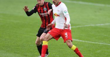 Frankfurts Sebastian Rode und Leipzigs Yussuf Poulsen (r) im Zweikampf um den Ball. Foto: Jan Woitas/dpa