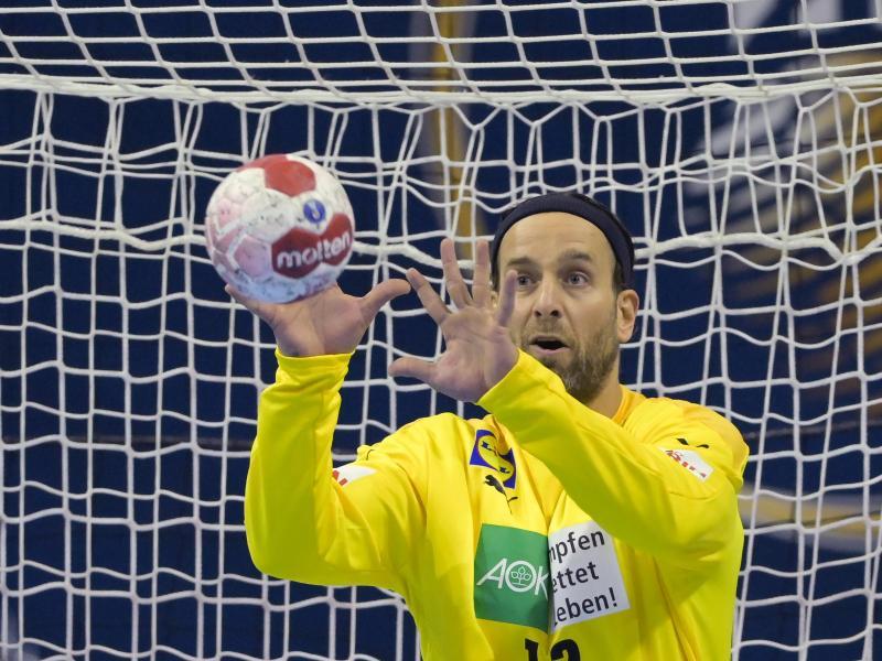 Deutschlands Torhüter Silvio Heinevetter hält einen Ball. Foto: Soeren Stache/dpa-Zentralbild/dpa