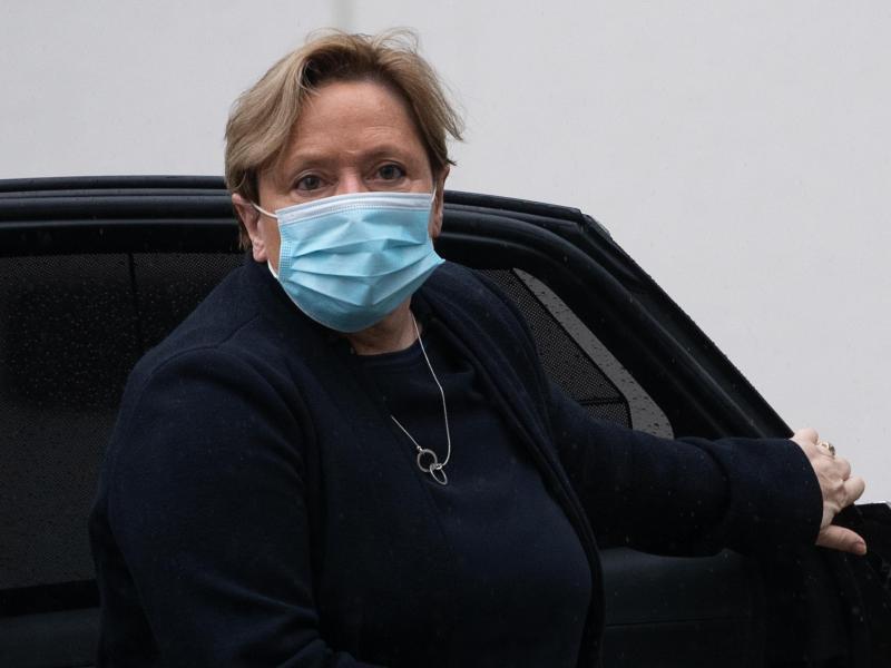 CDU-Spitzenkandidatin Susanne Eisenmann steigt vor der Unions-Geschäftsstelle in Stuttgart aus einem Auto. Foto: Sebastian Gollnow/dpa