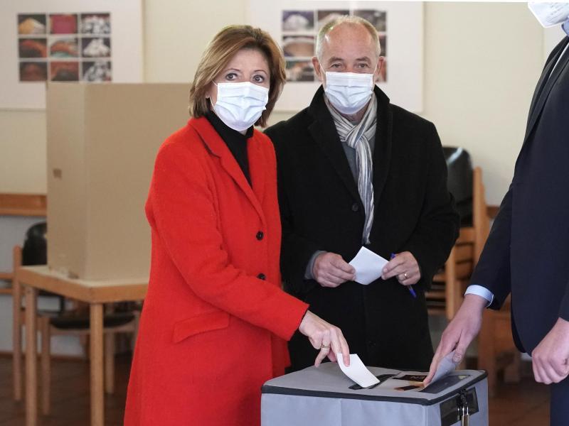 Die rheinland-pfälzische Ministerpräsidentin Malu Dreyer gibt gemeinsam mit ihrem Ehemann Klaus Jensen in Mainz ihre Stimme ab. Foto: Thomas Frey/dpa