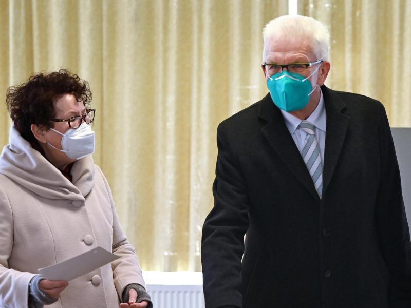 Baden-Württembergs Ministerpräsident Winfried Kretschmann und seine Frau Gerline bei der Stimmabgabe in Sigmaringen. Foto: Marijan Murat/dpa