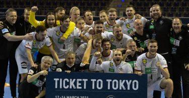 Die deutschen Handballer bejubeln die erfolgreiche Olympia-Qualifikation. Foto: Soeren Stache/dpa-Zentralbild/dpa