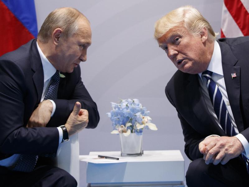 Wladimir Putin, Präsident von Russland, und Donald Trump, Präsident der USA, unterhalten sich 2017 auf dem G20-Gipfel. Foto: Evan Vucci/AP/dpa