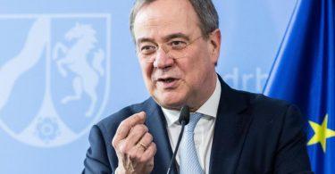 Armin Laschet (CDU), Ministerpräsident von Nordrhein-Westfalen, spricht während einer Pressekonferenz. Seiner Ansicht nach müsse man von der Impfbürokratie herunterkommen. Foto: Marcel Kusch/dpa