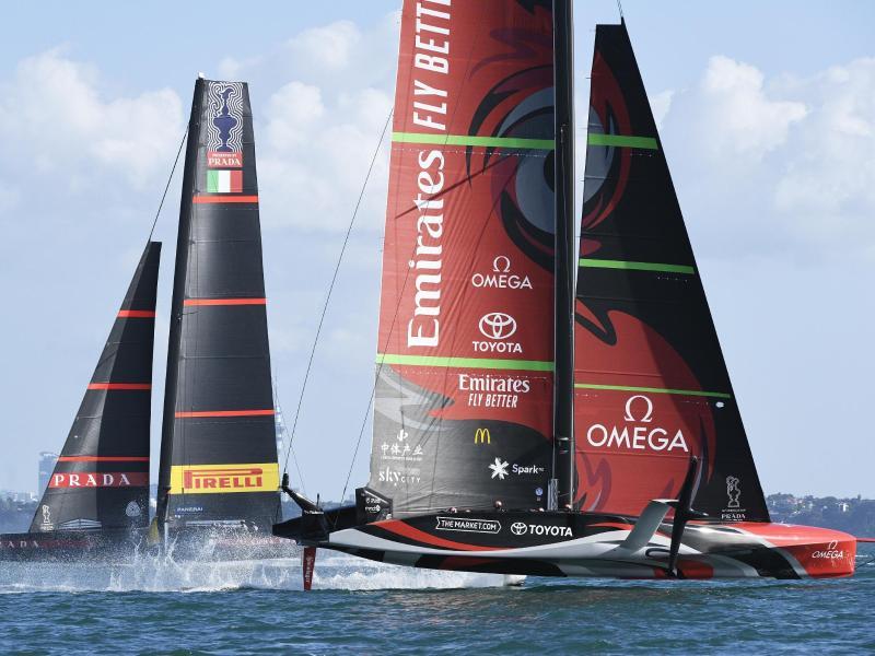 Das Emirates Team New Zealand (r) holt sich vor dem italienischen Team Luna Rossa im zehnten Rennen den Sieg im America's Cup. Foto: Chris Cameron/Photosport/AP/dpa