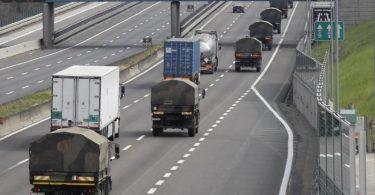 Militärlastwagen transportieren Särge von Verstorbenen. Foto: Luca Bruno/AP/dpa/Archiv