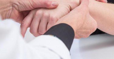 Ein Drucktest gibt der Medizinerin Hinweise auf ein mögliches Karpaltunnelsyndrom. Foto: Christin Klose/dpa-tmn