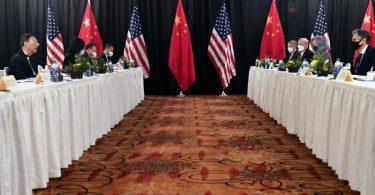Die Eröffnungssitzung der US-China-Gespräche im Captain Cook Hotel in Anchorage. Foto: Frederic J. Brown/Pool via AP/dpa