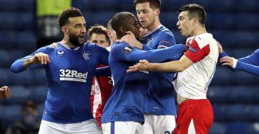 Glasgows Glen Kamara (2.v.l) wird von Teamkollegen zurückgehalten, als er gegen Ende des Spiels vom Prager Ondrej Kudela mutmaßlich rassistisch beleidigt wurde. Foto: Andrew Milligan/PA/dpa