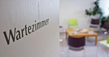 Wartezimmer einer Arztpraxis. Foto: Daniel Karmann/dpa