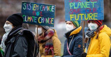 """Unterstützer der Bewegung """"Fridays for Future"""" haben mit verschiedenen Aktionen für eine bessere Klimaschutzpolitik demonstriert. Foto: Christoph Schmidt/dpa"""