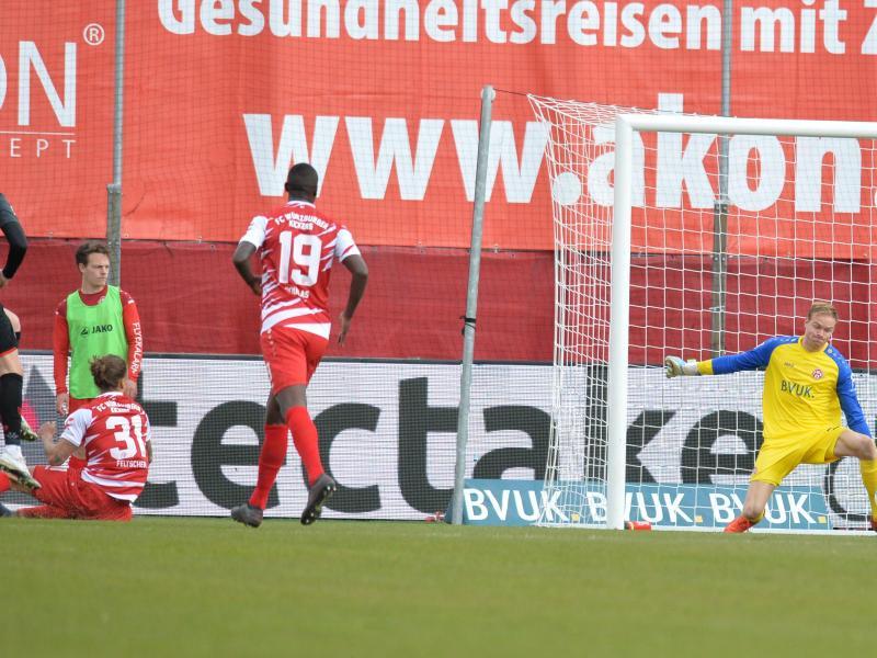 Andreas Albers (l) rettete Regensburg im Derby gegen Würzburg einen Punkt. Foto: Timm Schamberger/dpa