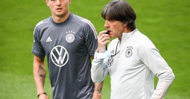 Versammelt seine Nationalspieler in Düsseldorf: Bundestrainer Joachim Löw (r). Foto: Christian Charisius/dpa