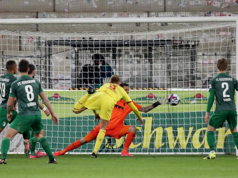 Philipp Lienhart (M) markierte beim Freiburger Sieg gegen Augsburg den Endstand. Foto: Tom Weller/dpa