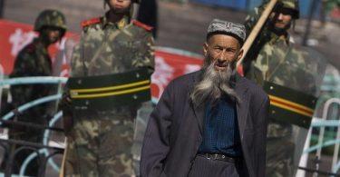 Die EU-Außenminister wollen Chinesen wegen der Unterdrückung der Uiguren mit Sanktionen belegen. Foto: Diego Azubel/epa/dpa