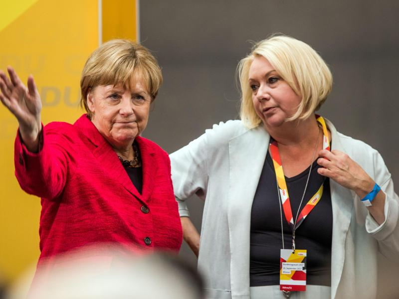 Kanzlerin Angela Merkel und die Bundestagsabgeordnete Karin Strenz (r) bei einem Wahlkampfauftritt in Wismar (Mecklenburg-Vorpommern). Foto: picture alliance / Jens Büttner/dpa-Zentralbild/dpa