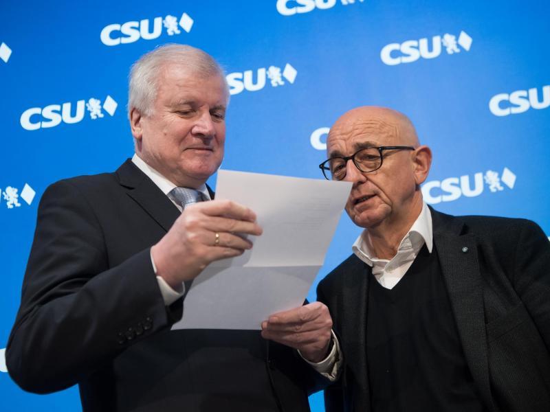Horst Seehofer (l) und Alfred Sauter. Foto: Peter Kneffel/dpa