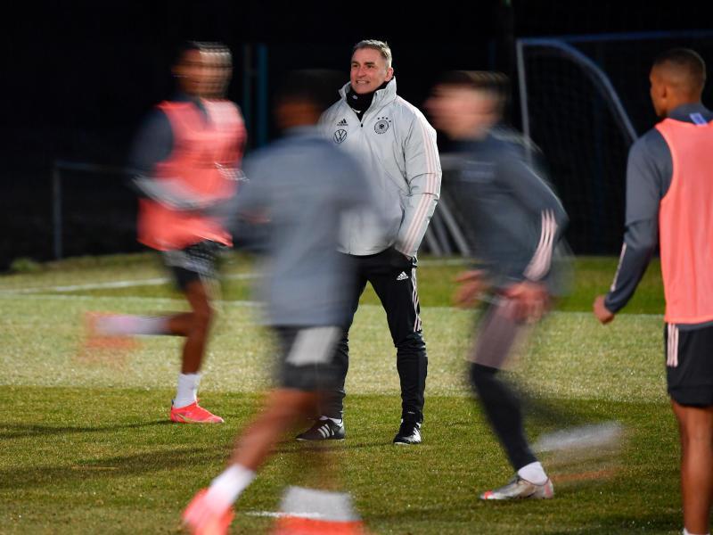 Trainer Stefan Kuntz (M) leitet das Training der U21-Nationalmannschaft. Foto: Marton Monus/dpa