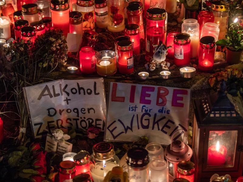 Eine Mahnwache für den bei dem Raserunfall getöteten 14-Jährigen in München. Foto: Lino Mirgeler/dpa