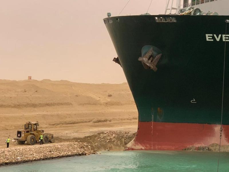 Ein Bagger versucht, das vordere Ende des Containerschiffs Ever Given zu befreien. Foto: -/Suez Canal Authority via Egyptian Cabinet Facebook Page/dpa