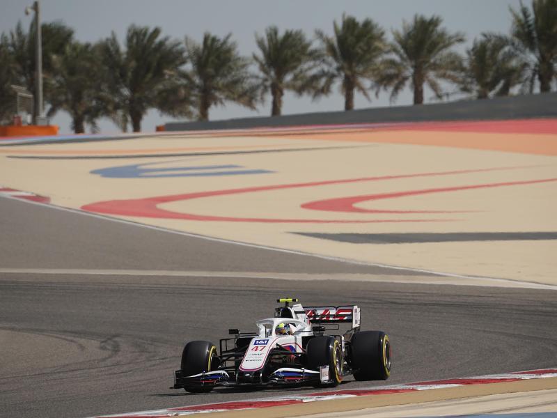 Auf dem Kurs von Bahrain gibt es die ersten Hinweise auf die Stärke der Teams: Mick Schumacher vom Haas F1 Team auf der Strecke. Foto: Hasan Bratic/dpa