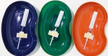 Spritzen mit dem Astrazeneca (l-r), Biontech/Pfizer- und von Moderna--Wirkstoff liegen bereit. Foto: Robert Michael/dpa-Zentralbild/dpa