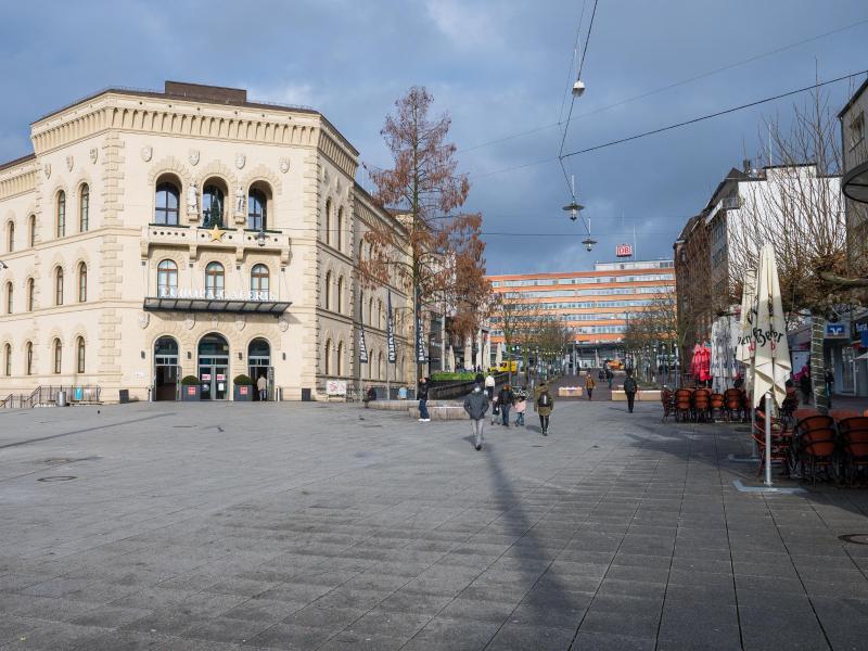 Nur wenige Menschen sind in der Innenstadt von Saarbrücken unterwegs. Foto: Oliver Dietze/dpa