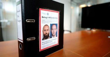 Der Aktenordner von Fabio De Masi, Bundestagsabgeordneter der Partei Die Linke, vor dem Sitzungssaal des Untersuchungsausschusses. Foto: Kay Nietfeld/dpa
