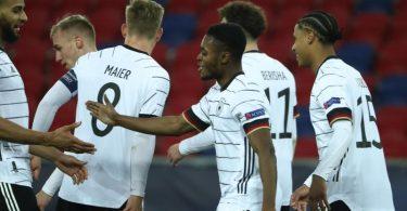 Überragender Mann beim deutschen U21-EM-Auftakt gegen Ungarn: Ridle Baku (3.v.r). Foto: Csaba Domotor/dpa