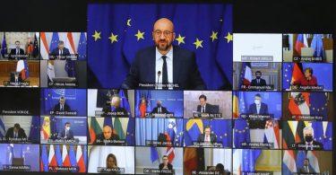 EU-Ratspräsident Charles Michel (M. oben) spricht beim Videogipfel mit den EU-Staats- und Regierungschefs. Foto: Yves Herman/Pool Reuters/AP/dpa