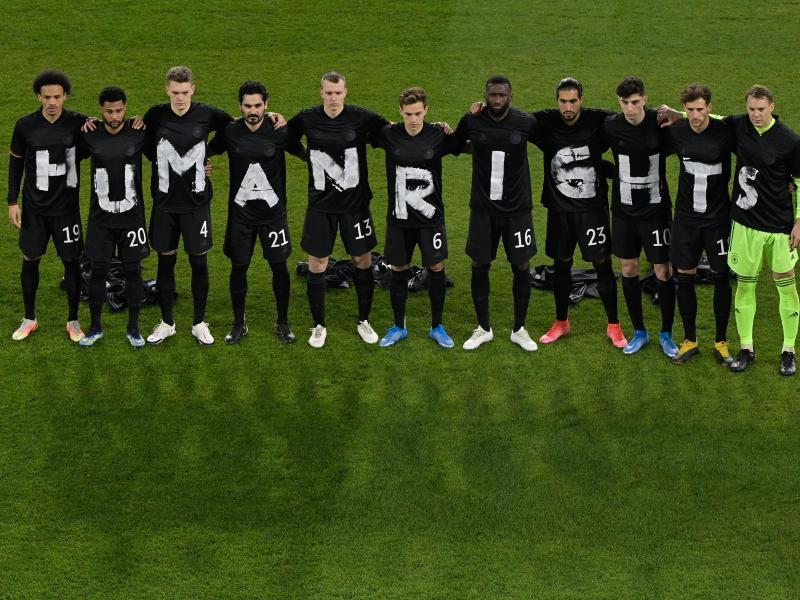 Die deutsche Nationalmannschaft machte sich für Menschenrechte stark. Foto: Tobias Schwarz/AFP-Pool/dpa