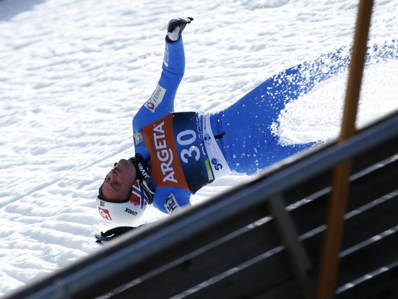 War brutal gestürzt: Norwegens Top-Skispringer Daniel Andre Tande. Foto: -/AP/dpa