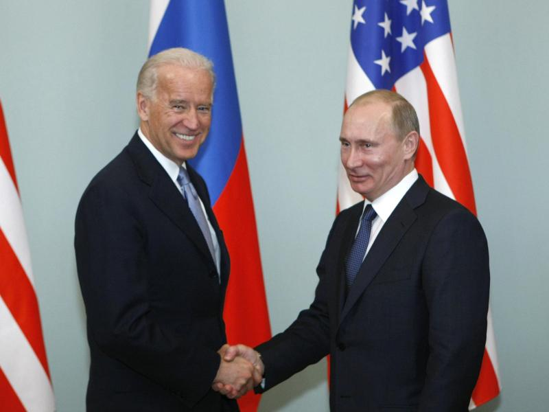 Joe Biden (l), damaliger Vizepräsident der USA, gibt Wladimir Putin, Präsident von Russland, die Hand. Foto: Alexander Zemlianichenko/AP/dpa