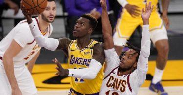 Feierte mit den Los Angeles Lakers endlich wieder einen Sieg: Dennis Schröder (M). Foto: Mark J. Terrill/AP/dpa
