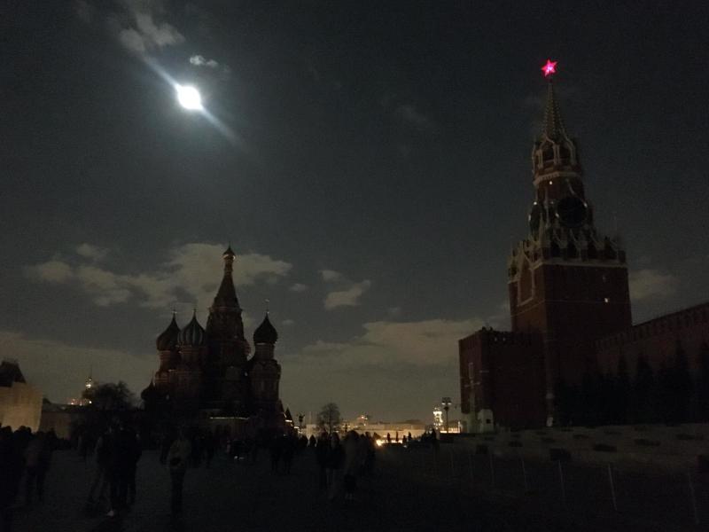 Auch am Kreml in Moskau erlosch für eine Stunde die Außenbeleuchtung. Foto: Christian Thiele/dpa