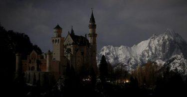 Nur vom Mondlicht wird das berühmte Schloss Neuschwanstein in Bayern erhellt. Foto: Karl-Josef Hildenbrand/dpa