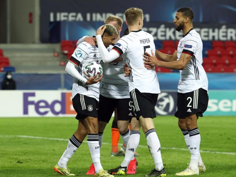Gefeierter Mann:Lukas Nmecha (l) rettete Deutschlands U21 einen Remis gegen die Niederlande. Foto: Csaba Domotor/dpa
