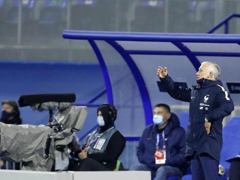 Frankreichs Trainer Didier Deschamps (r) gestikuliert am Spielfeldrand. Foto: Darko Bandic/AP/dpa