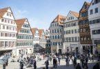 Zahlreiche Menschen tummeln sich auf dem Tübinger Rathausplatz. Foto: Tom Weller/dpa